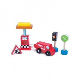 Car + Petrol Pump Set by Le toy van